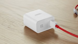 OnePlus Warp Charge 65 Power Adapter попался на фото